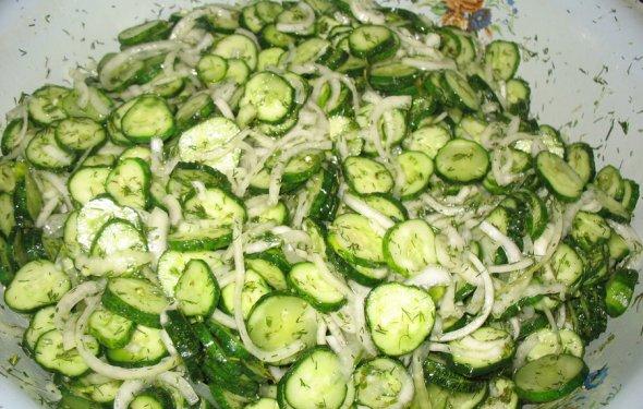 Вкусный салат из огурцов на